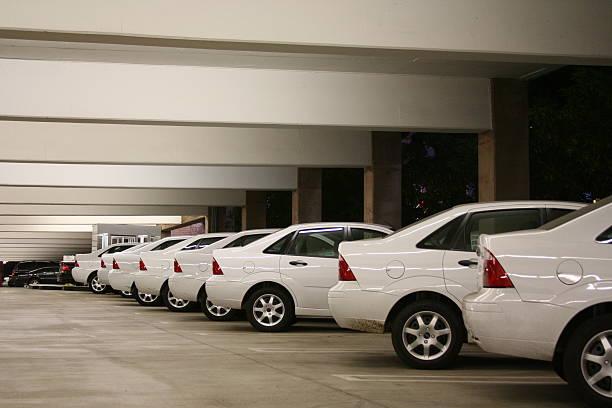 zeile der gleichen autos - motionless in white stock-fotos und bilder