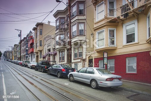 istock Row of San Francisco townhouses built on steep hill 917311556