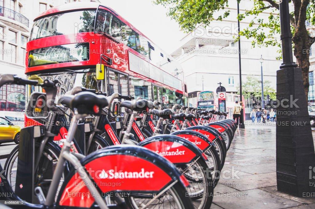 Fila de Santander emitió Alquiler de bicicletas en su muelle esperando el siguiente viajero - foto de stock