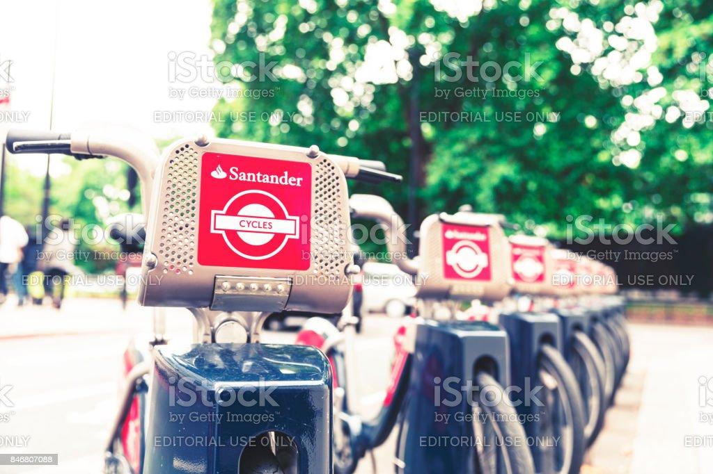 Fila de Santander patrocinado por alquiler de bicicletas en su muelle esperando el siguiente viajero - foto de stock