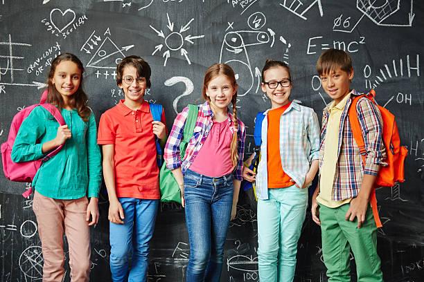 Fila de escolares - foto de stock