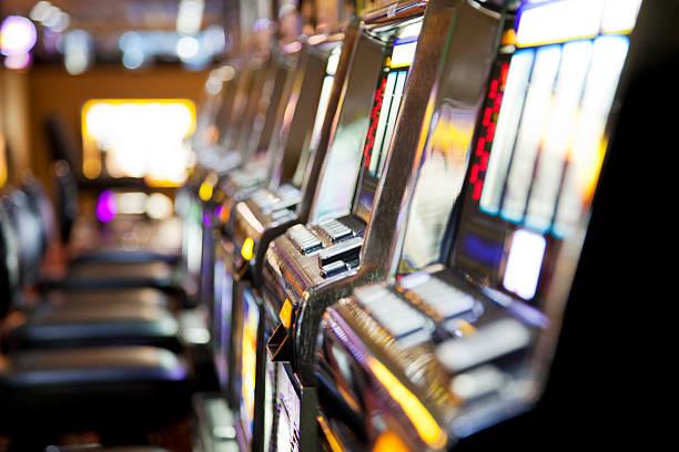 Reihe von Spielautomaten im casino – Foto