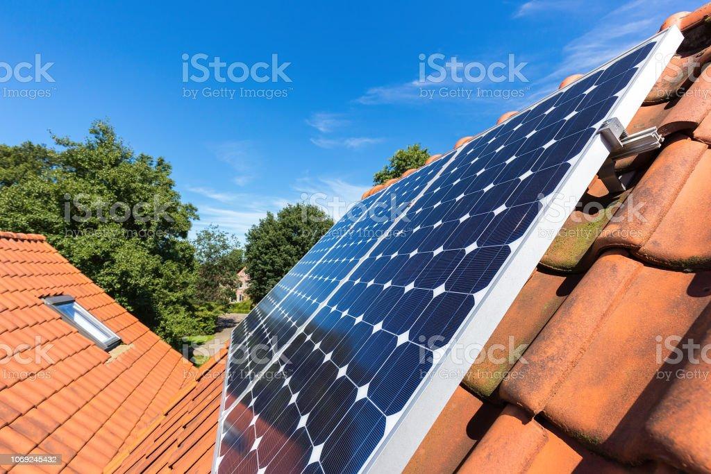 Fila de paneles solares en azotea en casa foto de stock libre de derechos