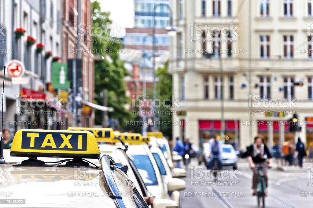 Reihe von Taxis warten in Berlin, Deutschland – Foto