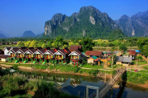 Reihe von Touristenbungalows am Nam Song River in Vang Vieng, Vientiane Province, Laos – Foto
