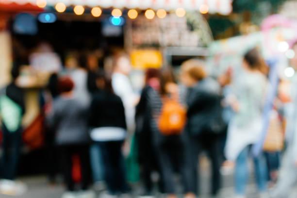 Row of unfocused people lining up to buy in a Food Truck - foto stock