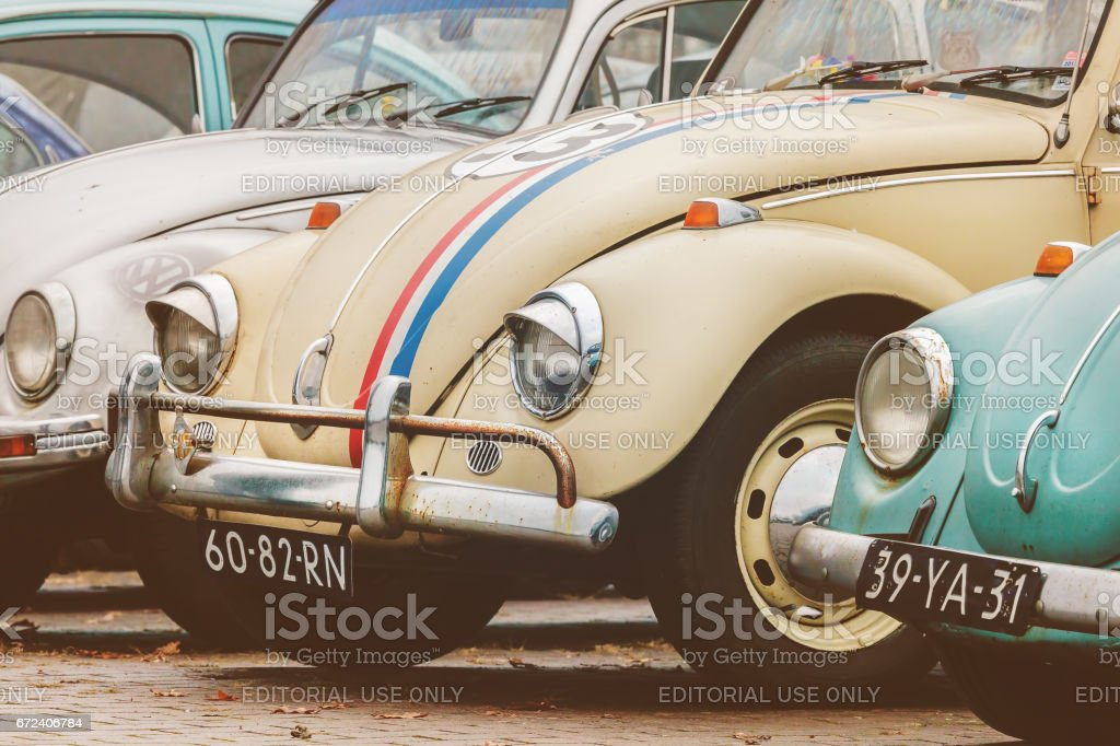 Row of vintage Volkswagen Beetles from the seventies – Foto