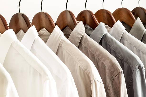 viele t-shirts auf kleiderbügel - bügelsysteme stock-fotos und bilder