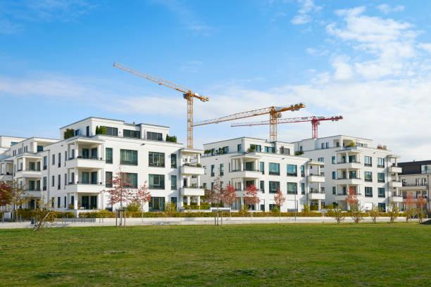Reihe von weißen Wohnhäusern und Baustelle – Foto