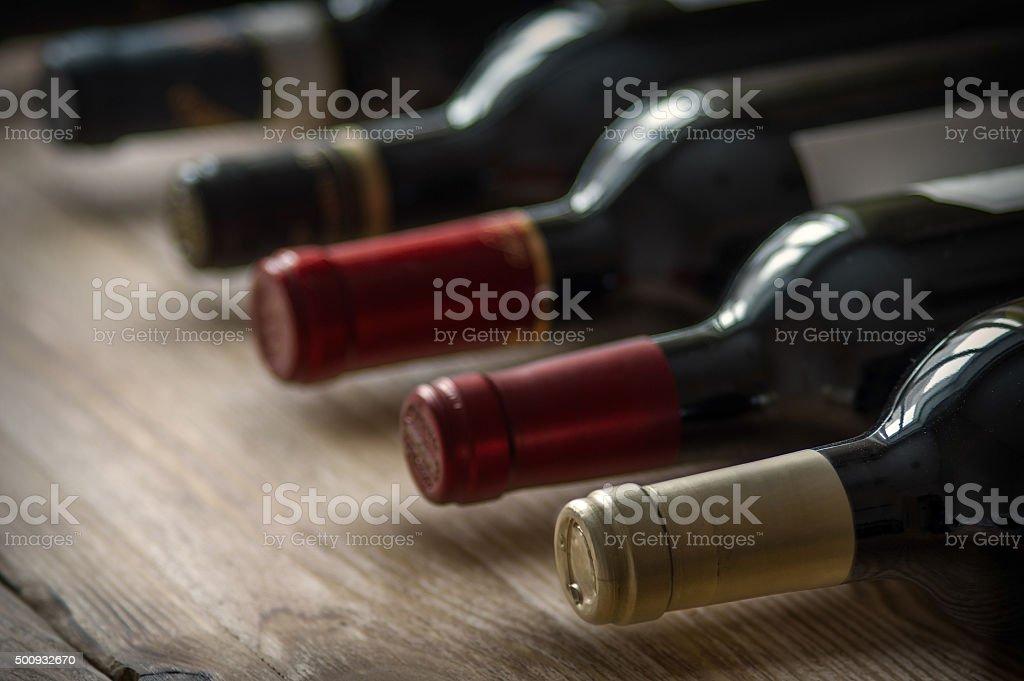 Rangée de bouteilles de vin. - Photo