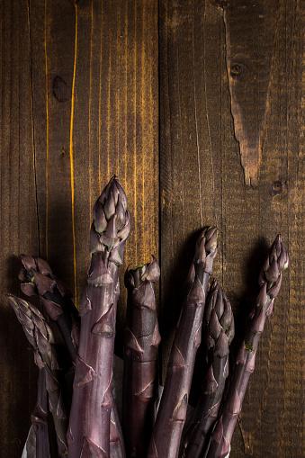 행 보라색 아스파라거스 가까이 나무 배경 건강한 생활방식에 대한 스톡 사진 및 기타 이미지