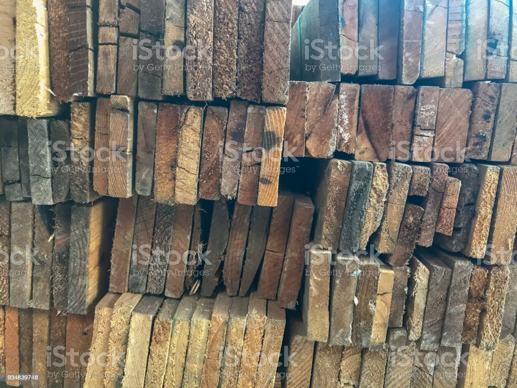 저장 창 고에서 나무의 행 스택 - 로열티 프리 갈색 스톡 사진
