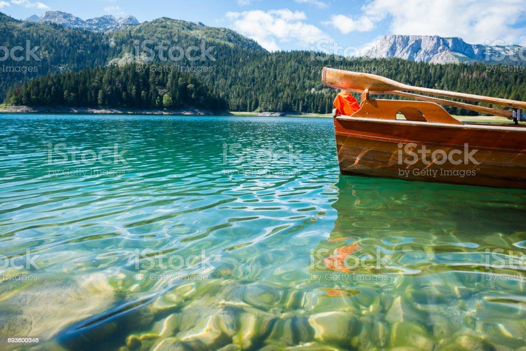 Ruderboot am Schwarzen See im Durmitor National Park, Montenegro – Foto