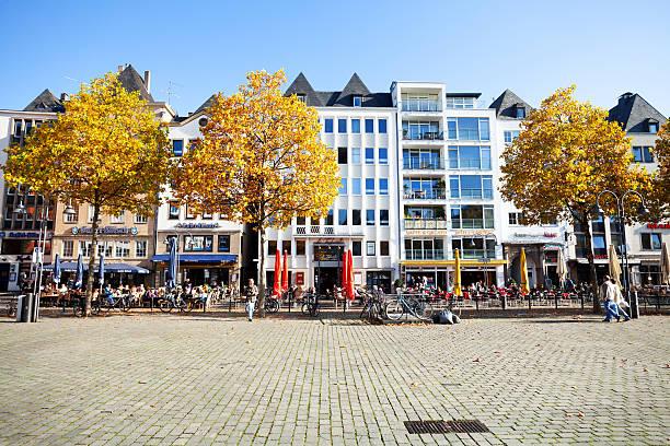 reihenhäuser und bistros auf quadratmeter ändern markt - cafe köln stock-fotos und bilder