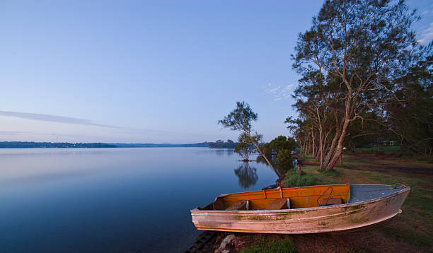 Ruder Boot am Strand bei Sonnenaufgang. Lake Macquarie NSW Australien – Foto