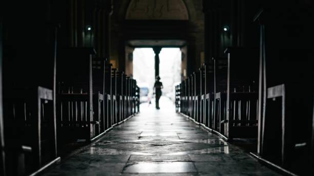 출구에서 이동하는 행과 조용한 교회 내부 벤치의 행 - 교회 뉴스 사진 이미지