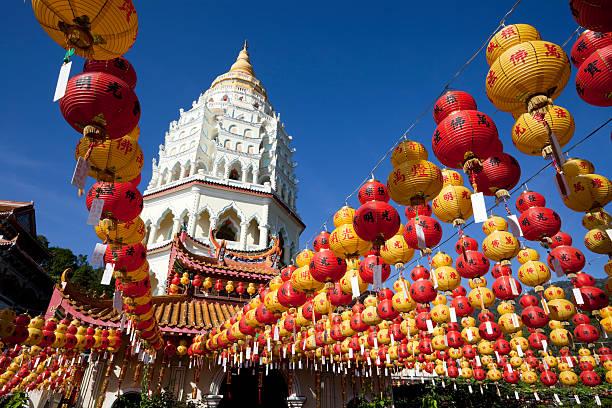 rows of chinese new year lanterns in front of kek lok si - maleisië stockfoto's en -beelden