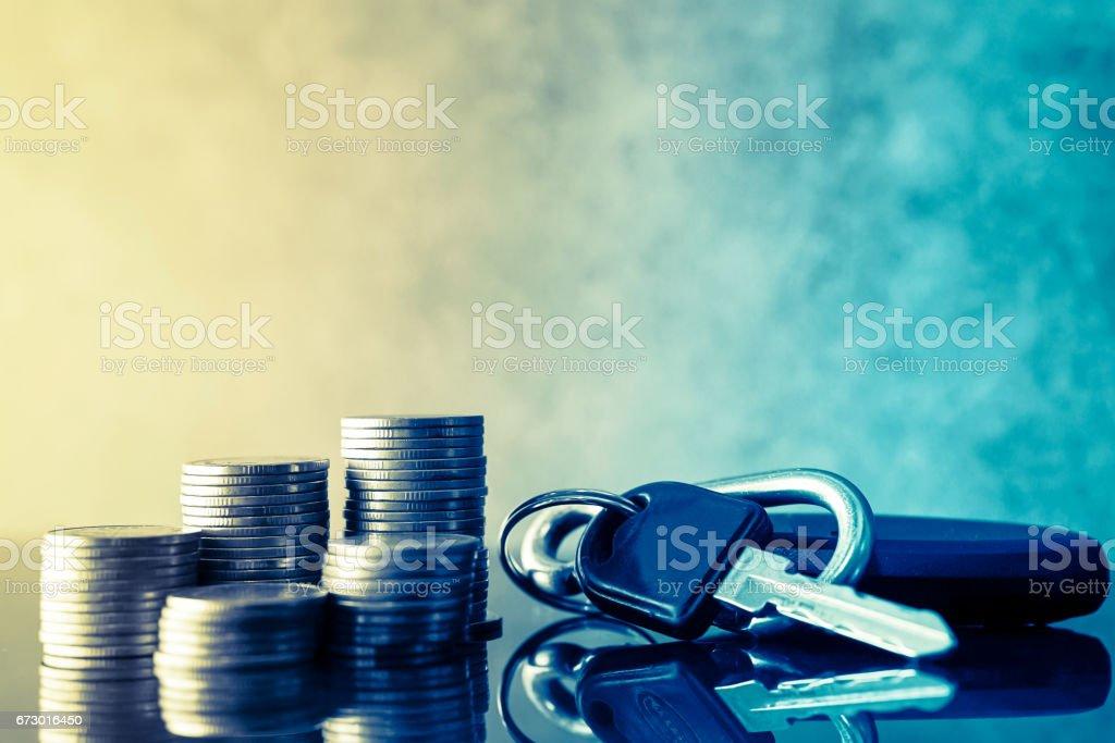 lignes de pièces de monnaie et des clés de la voiture concept finance - Photo