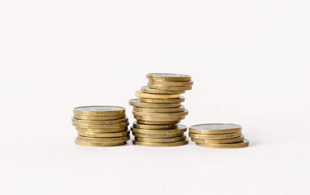 在白色背景下被隔離的硬幣行。金融和銀行概念。 - 硬幣 個照片及圖片檔