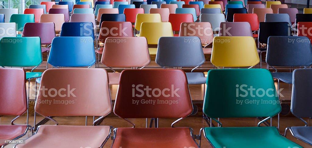 Filas de sillas coloridas foto de stock libre de derechos