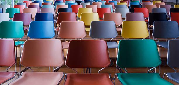 wiersze kolorowe krzesła - krzesło zdjęcia i obrazy z banku zdjęć