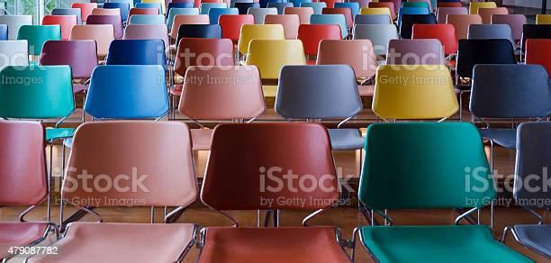 Zeilen der bunten Stühlen - Lizenzfrei 2015 Stock-Foto