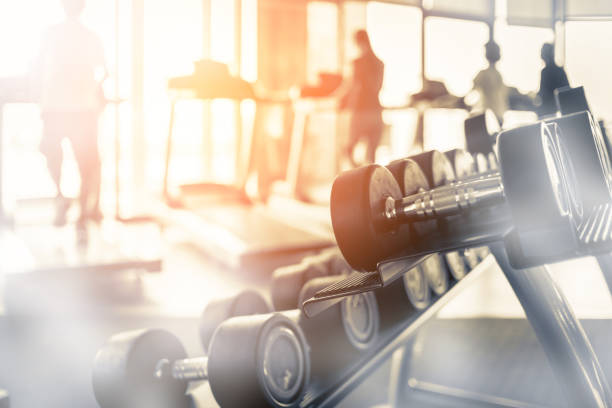 rows of dumbbells in the gym with hign contrast and monochrome color tone - тренажер стоковые фото и изображения