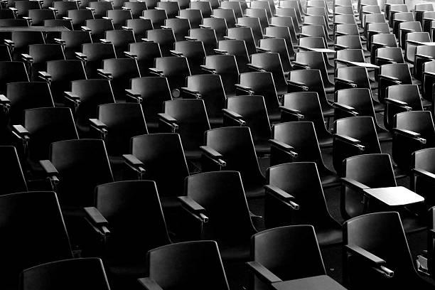 Fileiras de assentos vazios em um auditório - foto de acervo