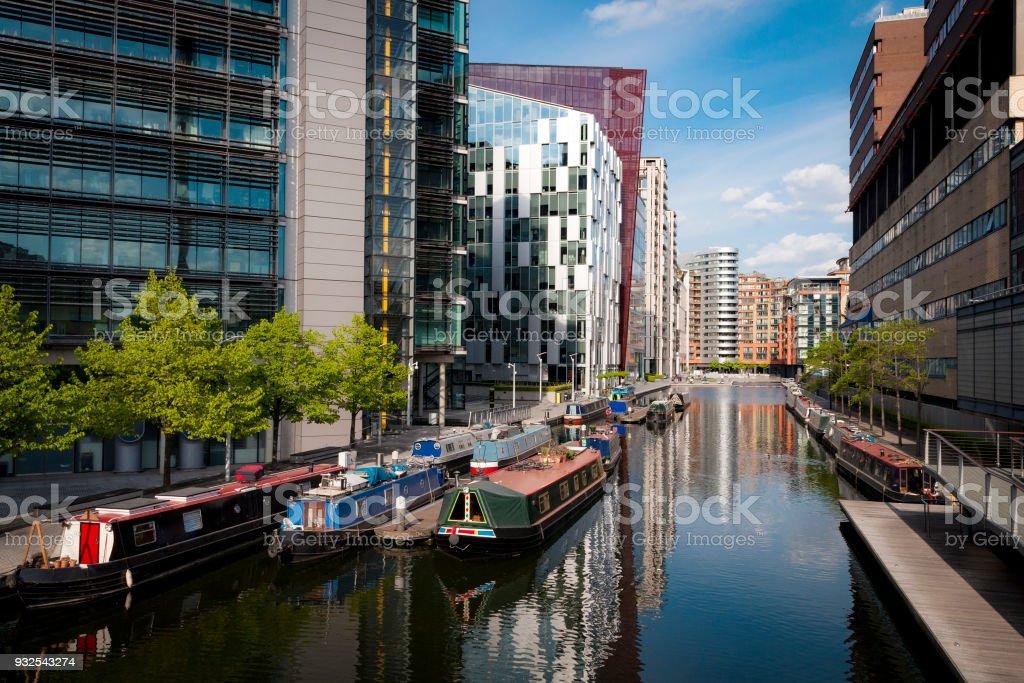 Reihen von Hausbooten und schmale Boote im Becken Paddington London – Foto