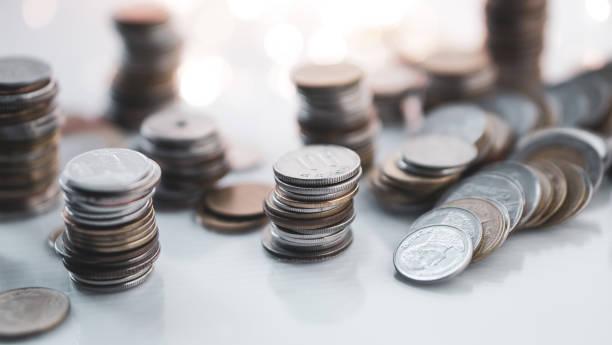 rangées de pièces d'argent sur bokeh léger pour la finance, l'argent, l'investissement et le fond de concept d'affaires - Photo