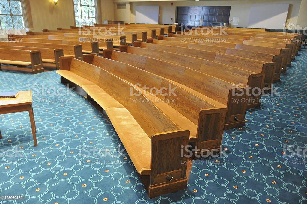 Reihen Kirchenbänke in einer Synagoge – Foto