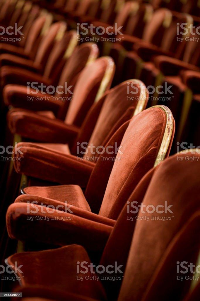 Reihen von red velvet Theater Sitzplätze Lizenzfreies stock-foto