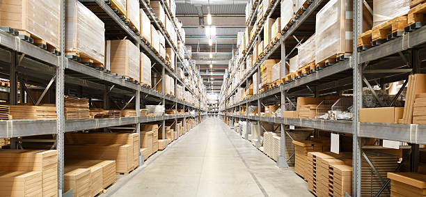 rows of shelves with boxes in warehouse - entrepôt photos et images de collection