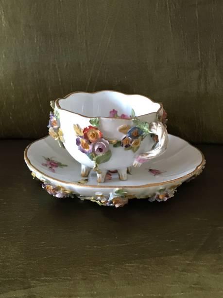 königliche barocke antike tasse mit untertasse und angebrachten ornamenten - mokkatassen stock-fotos und bilder