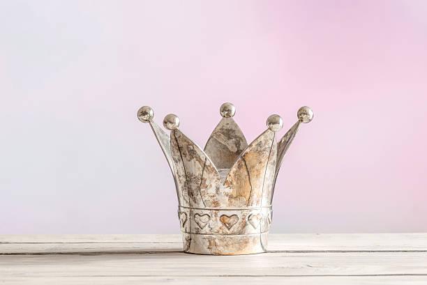 königlicher krone auf rosa hintergrund - geschenk zur taufe stock-fotos und bilder