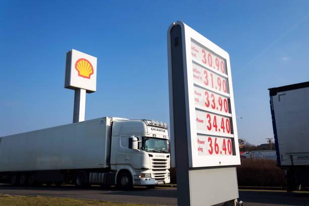 Royal Dutch Shell internationale Öl- und Gasindustrie Firmenlogo auf Tankstelle – Foto