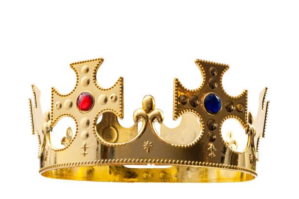 oro real, vestimenta regia y concepto de realeza con una corona dorada aislada sobre fondo blanco con un recorte de trayectoria de clip - accesorio de cabeza fotografías e imágenes de stock