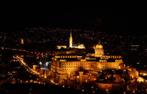 王宮、マーチャーシュ教会、ハンガリーの首都ブダペスト、夕方の名所 - マーチャーシュ教会 ストックフォトと画像