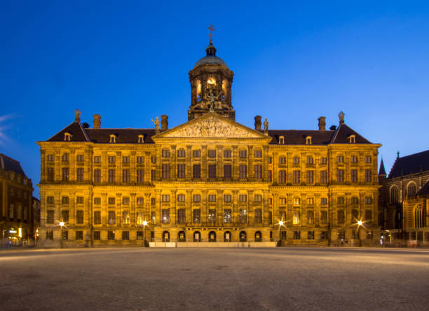 royal palace on the dam square in amsterdam - dam photos et images de collection