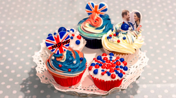 해리 왕자와 메 건 대 한 전문적인의 결혼식을 축 하 하기 위해 로얄 웨딩 컵 케이크 - meghan markle 뉴스 사진 이미지