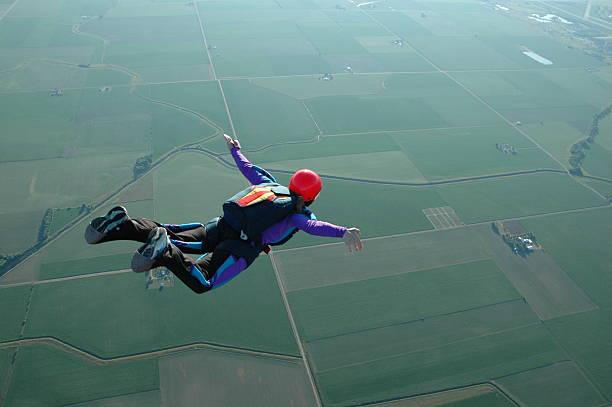 royalty free 스톡 사진: 여자 스카이다이빙-플라이에는 수 있습니다. - 스카이 다이빙 뉴스 사진 이미지