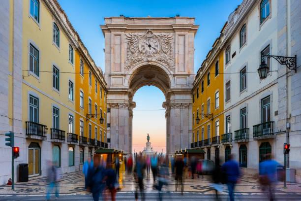rua augusta arch in lisbon portugal around sunset - people lisbon imagens e fotografias de stock