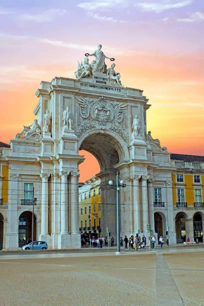 rua augusta bogen in lissabon portugal bei sonnenuntergang - lissabon reise stock-fotos und bilder