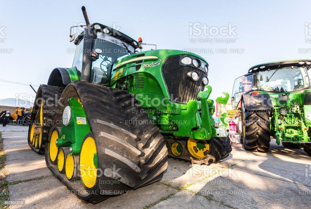 Borracha track tractor agrícola John Deere 7830 em exibição na exposição anual do Volga agro-industrial - foto de acervo
