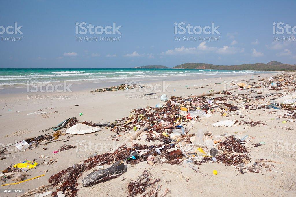Residuos en la orilla de la playa - foto de stock