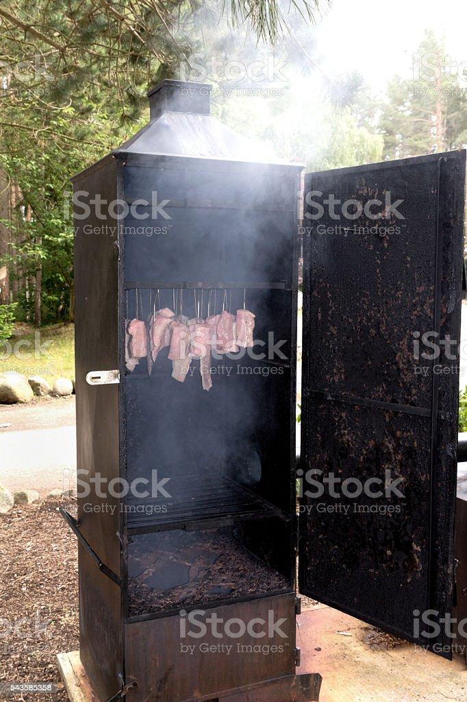 Räucherschrank mit Fleisch und Fisch stock photo