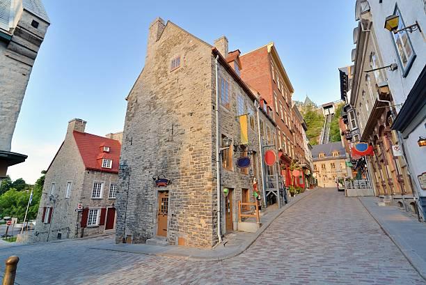 rues pavées de la basse -ville ・ケベック - 旧市街 ストックフォトと画像