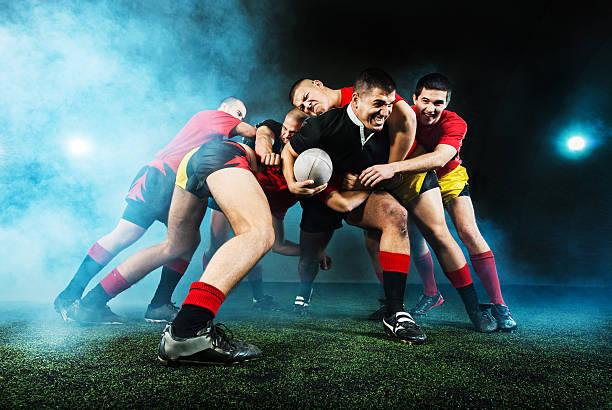 rugby acción en la noche. - rugby fotografías e imágenes de stock