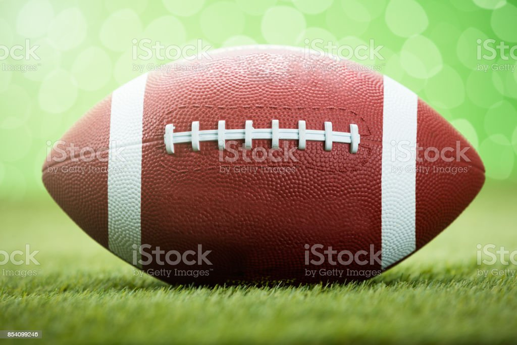 Ballon de rugby sur terrain gazonné - Photo