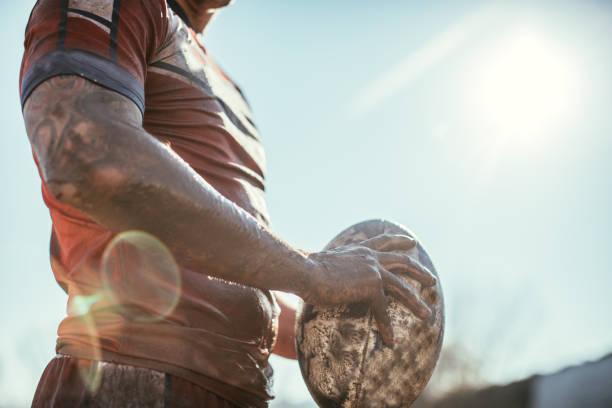 ラグビー選手のボールをプレイ フィールドに立っています。 - ラグビー ストックフォトと画像